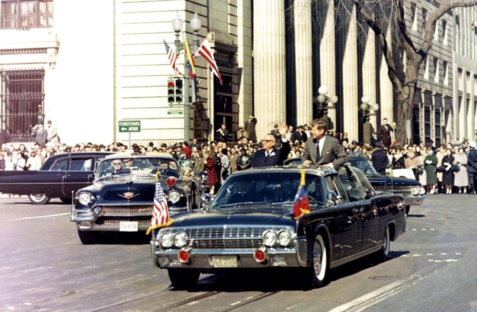Джон Кеннеди в своем 350-сильном спецавтомобиле Lincoln Continental второй модификации