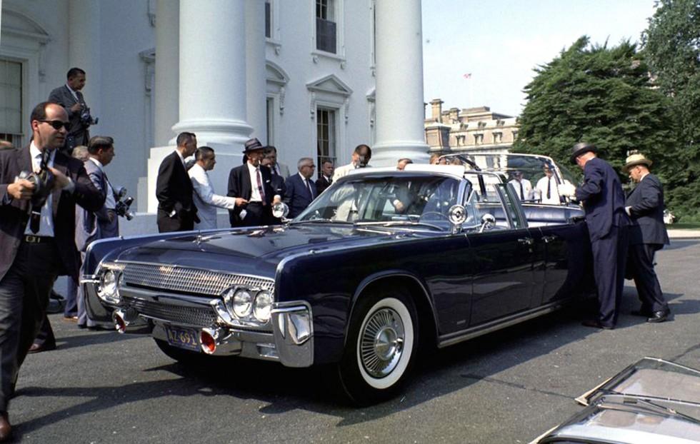Президентская машина SS-100-Х цвета морской волны на шасси Lincoln Continental около Белого дома