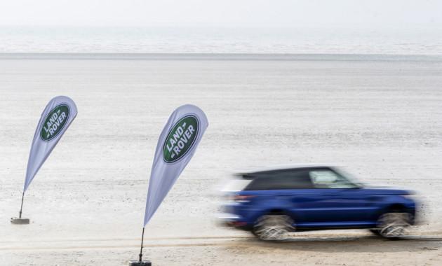 Лэнд-Ровер продемонстрировал способности Range Rover Sport SVR напеске итраве