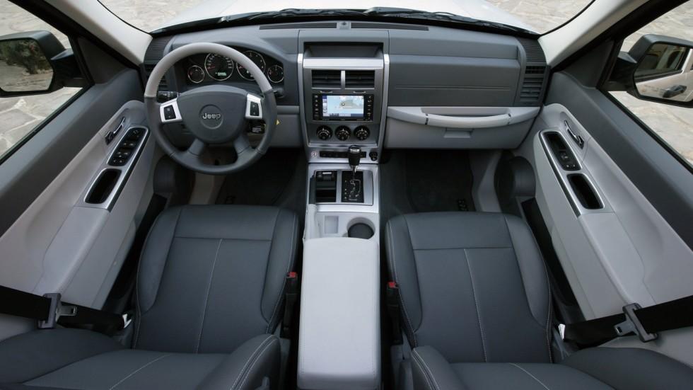 На фото: интерьер Jeep Cherokee KK