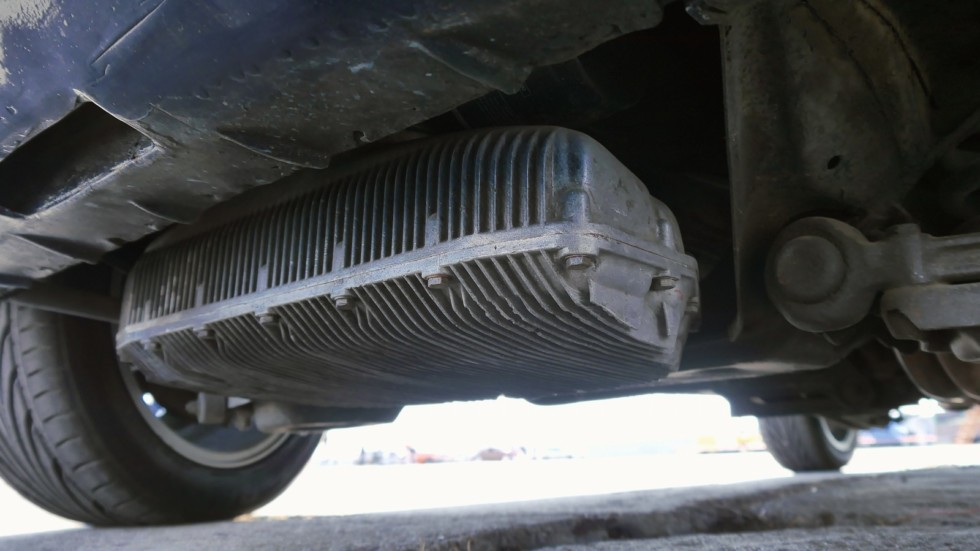 Массивный картер двигателя расположен в самой нижней точки машины