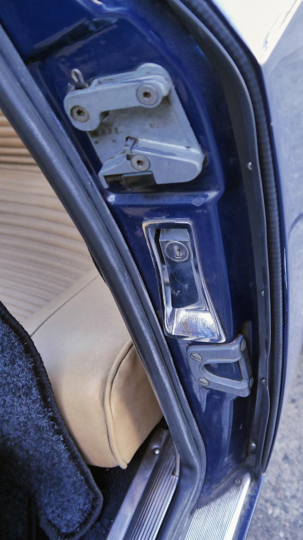 Рычаг открывания багажника спрятан в дверном проеме - как у наших Запорожцев P1060622
