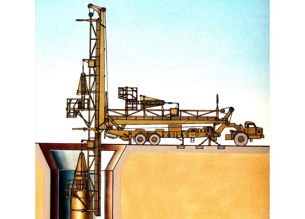Монтаж боеголовки ракеты Р-14У при помощи установщика 8У224М