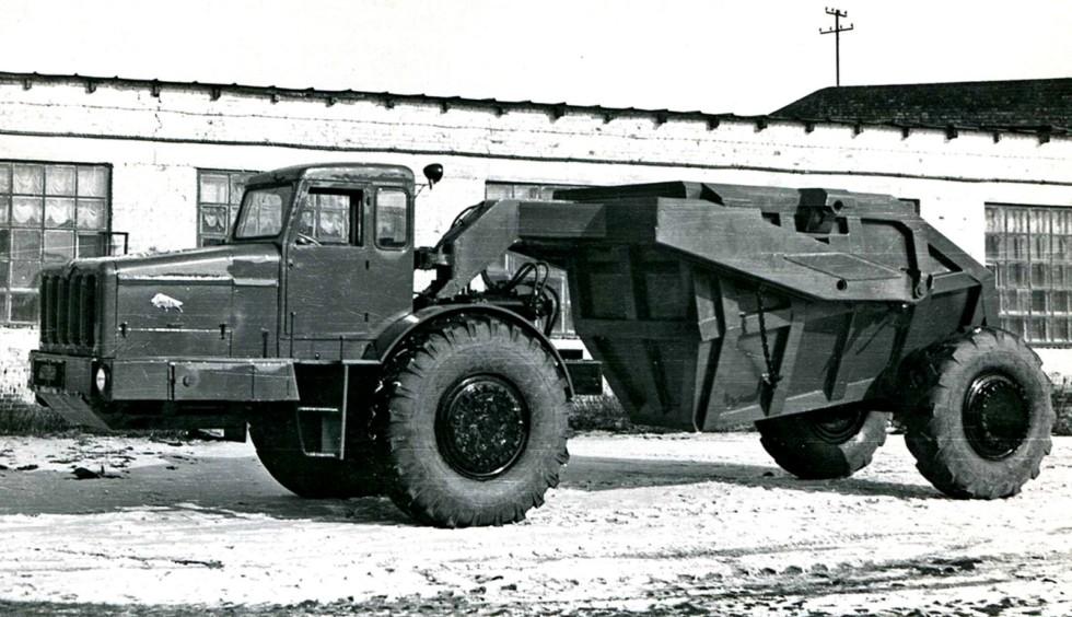 Модернизированный тягач МАЗ-529В с землевозной тележкой Д-504