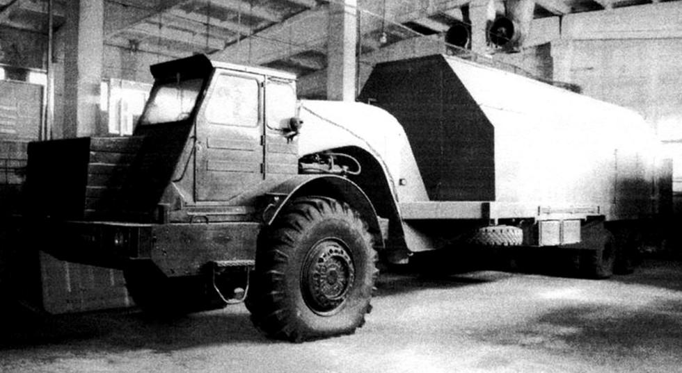 МоАЗ-546П со специальным складским полуприцепом-фургоном СПС-2