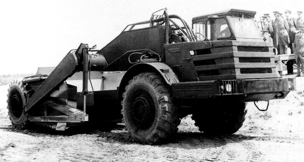 Самоходный скрепер Д-357П на демонстрационном показе в Народной армии ГДР