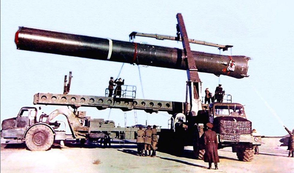 Одноосный тягач МАЗ-529Е с агрегатом 8У237 и гидрокран для установки баллистической ракеты в шахтный колодец