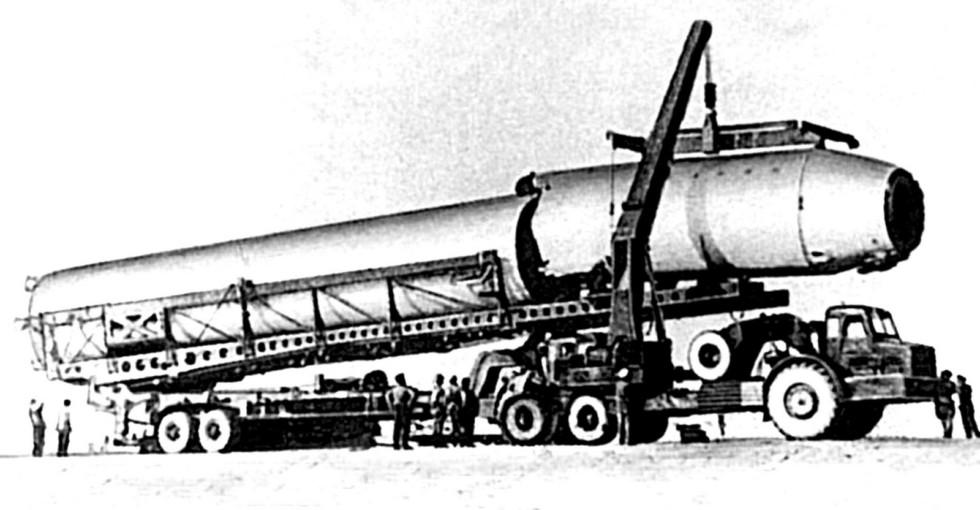 Ракета Р-36 на транспортно-установочном агрегате 8Т178 с тягачом МАЗ-529Е (из архива МЗКТ)