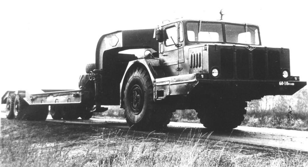 Одноосный тягач КЗКТ-4Э932 «Зауралец-932А» с механическим приводом колес полуприцепа