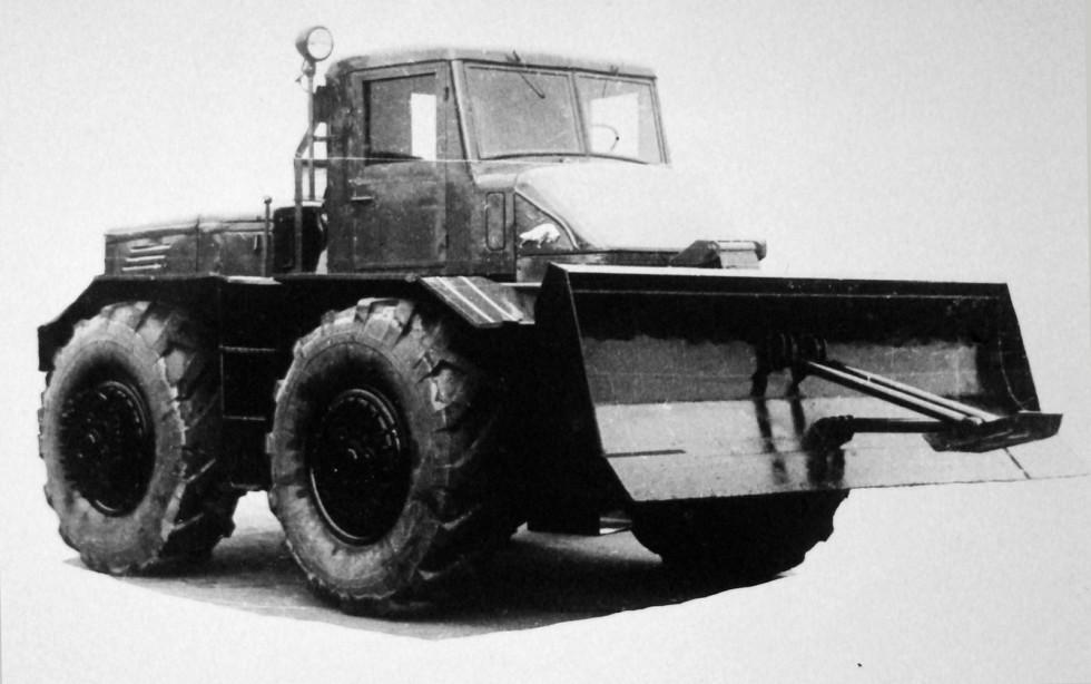 165-сильный автомобиль-тягач МАЗ-528 с прямым передним отвалом