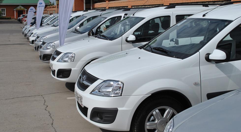 «АвтоВАЗ» неможет отгрузить столько машин, сколько заказали представители,— нехватает автовозов