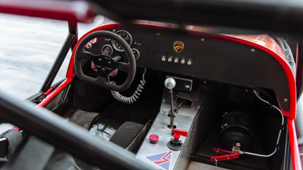 защиты ног водителя, система пожаротушения, боковые сетки и 6-точечные ремни безопасности с омологацией FIA
