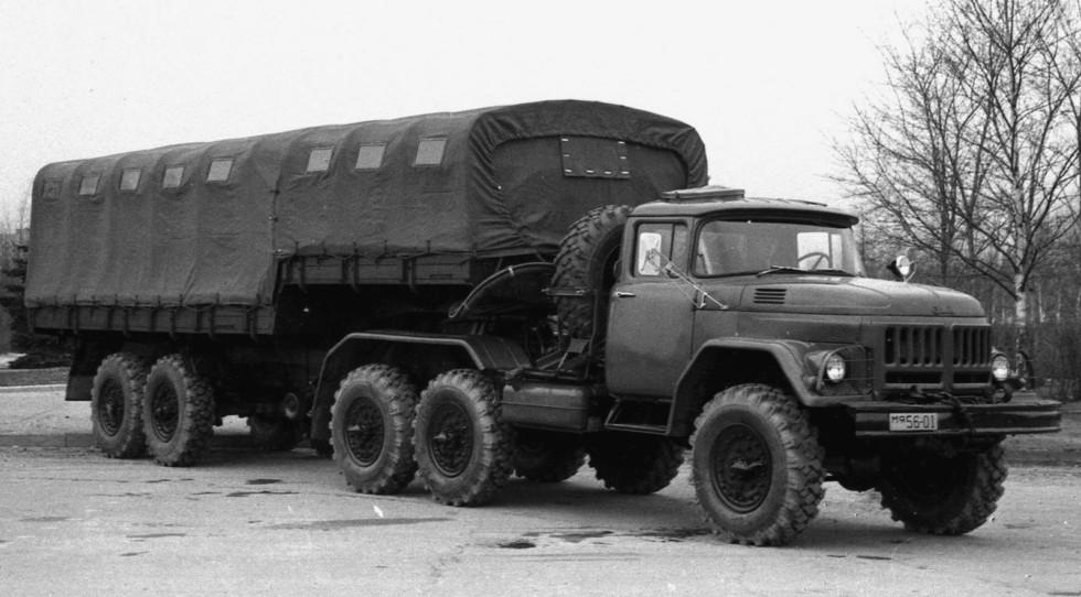 Первый вариант активного автопоезда ЗИЛ-137 с тентованным бортовым полуприцепом (из архива СКБ ЗИЛ)