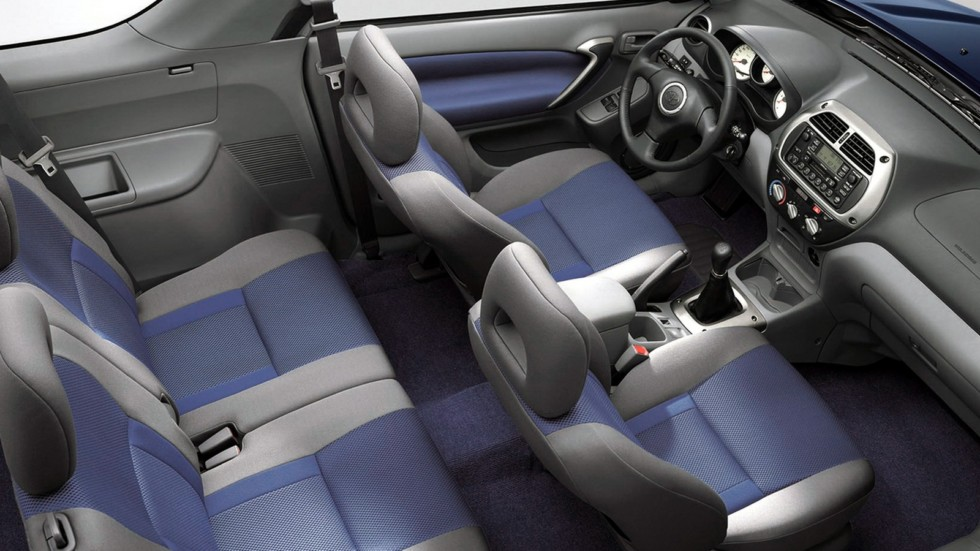 На фото: Интерьер Toyota RAV4 3-door '2000–03