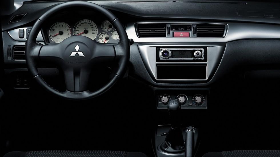 На фото: Торпедо Mitsubishi Lancer '2005–2010