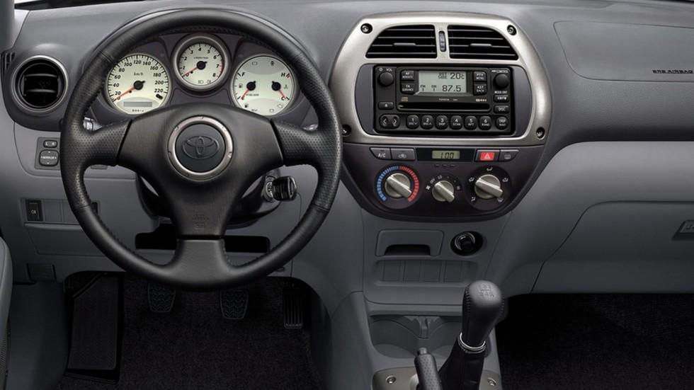 На фото: Торпедо Toyota RAV4 5-door '2000–03