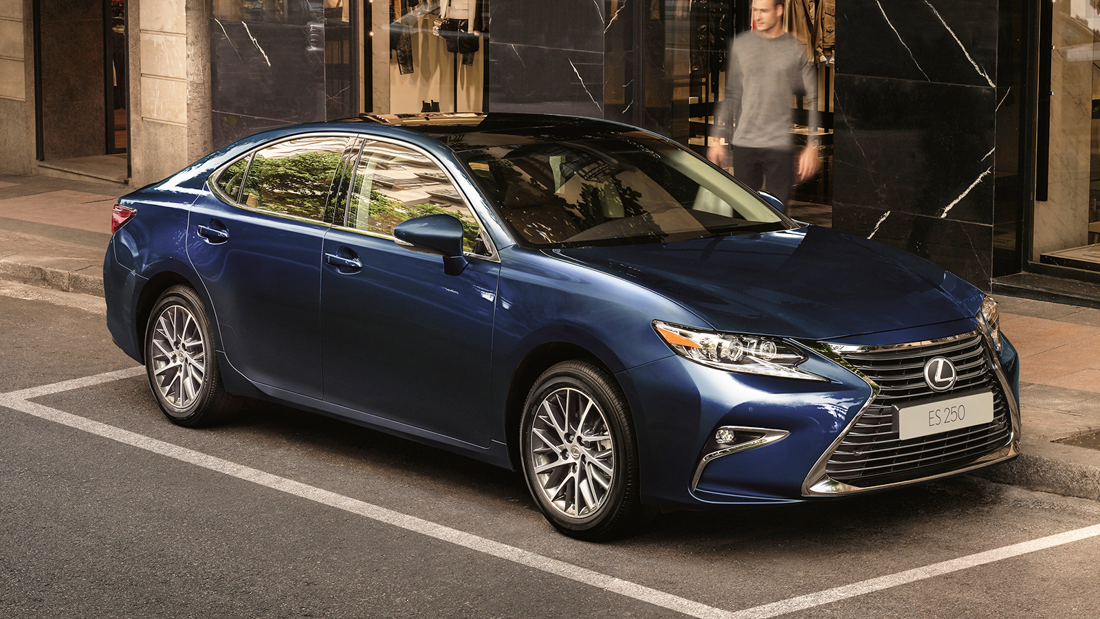 У Lexus появился новый гибридный седан
