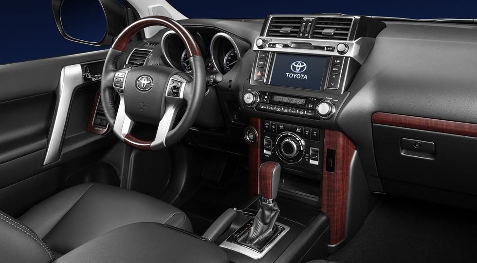 На фото: интерьер актуальной версии Toyota Land Cruiser Prado