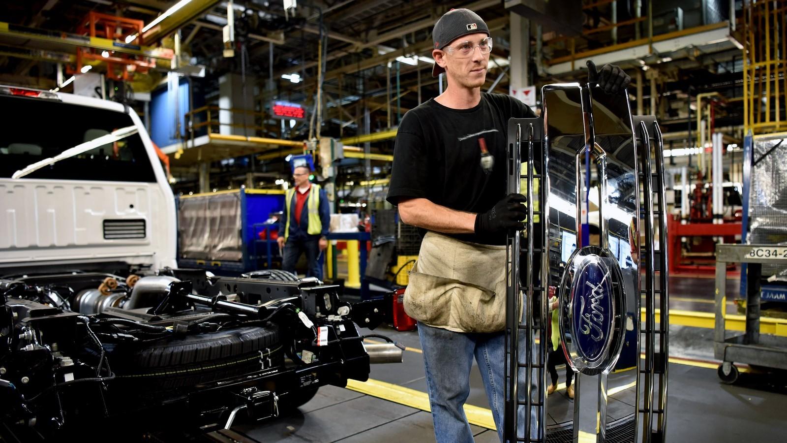 Форд собирается уменьшить 20 000 собственных служащих