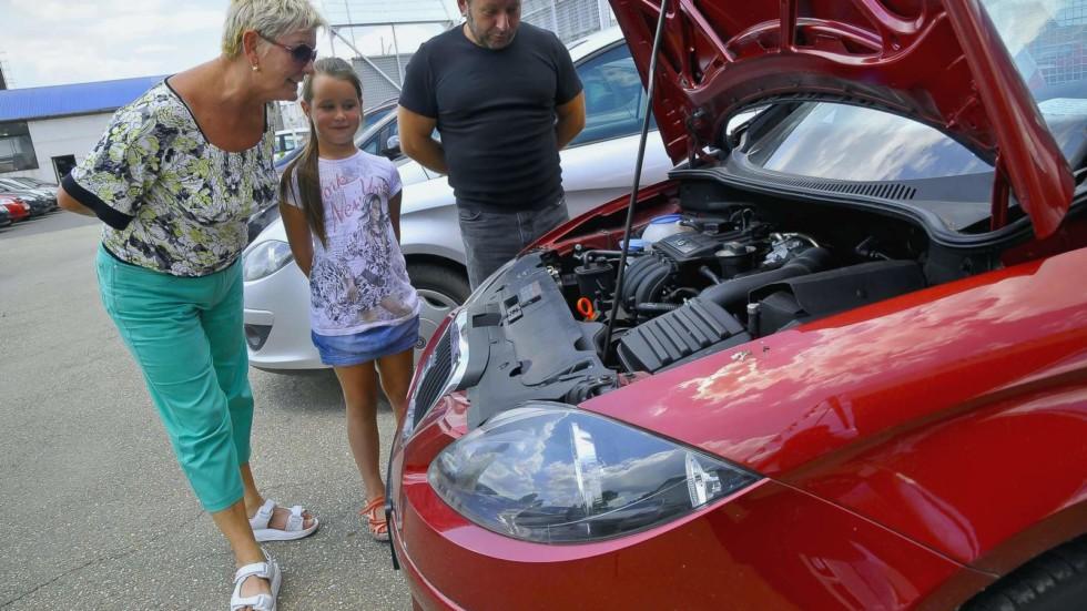 Многие перекупщики во время показа автомобиля устанавливают вербальный и визуальный контакт с остальными членами семьи потенциального покупателя
