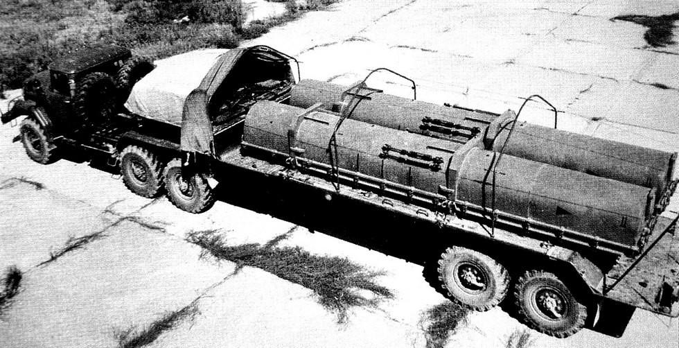 Крановый подъем контейнера с основной частью ракеты комплекса «Точка-У»