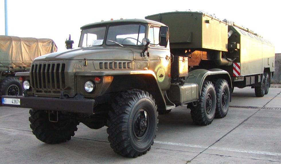 Тягач Урал-44201 и активный полуприцеп Урал-862 с кузовом-фургоном К-862