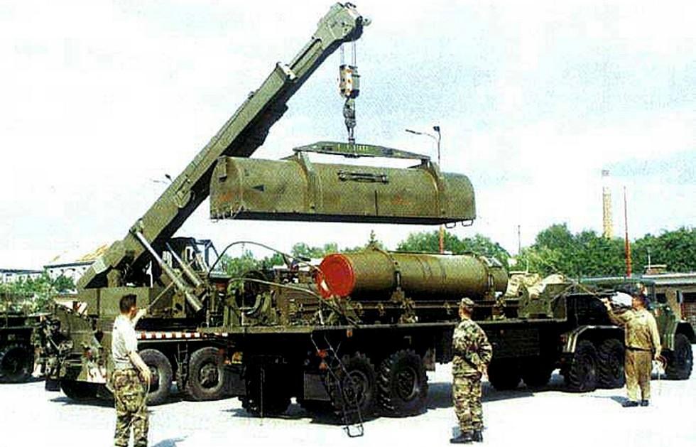 Подъем крышки ракетного контейнера, доставленного на машине 9Т240 (фото M. Gyurosi)
