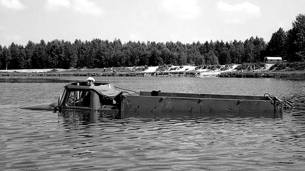 На плаву Урал-375П с герметизированным кузовом и люком к крыше кабины