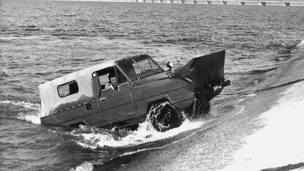 Выход 11-местной амфибии УАЗ-3907 «Ягуар» на крутой берег Волги
