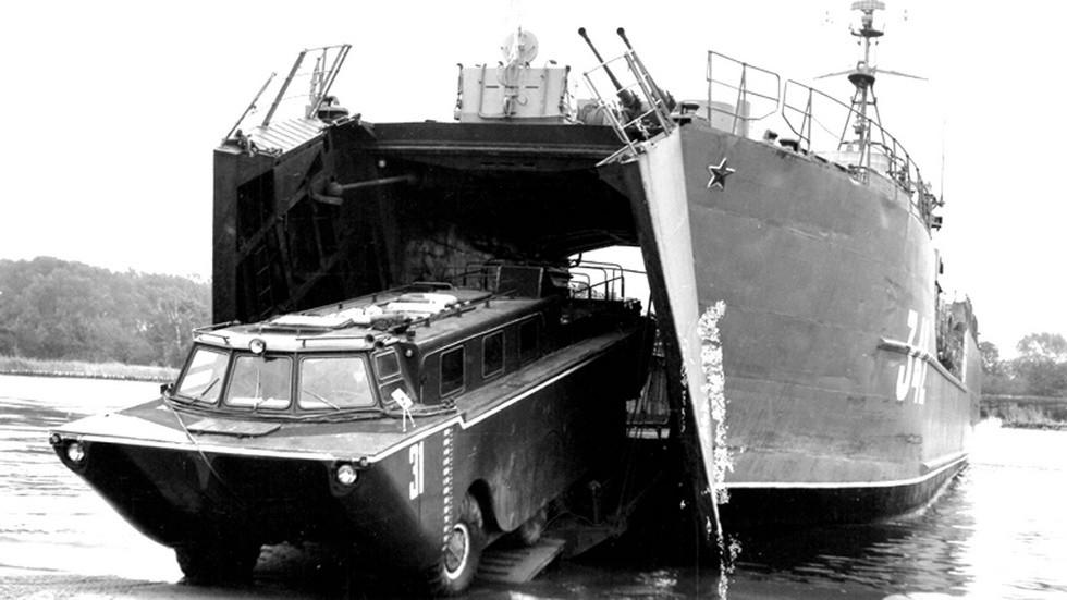 Выгрузка амфибии из десантного судна во время испытаний на Балтике