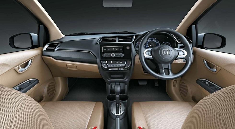 На фото: интерьер нынешнего Honda Amaze, версия для Индии