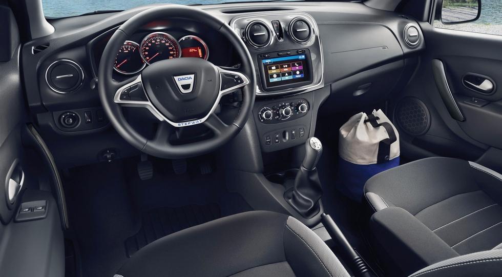 На фото: интерьер стандартного обновленного Dacia Sandero Stepway