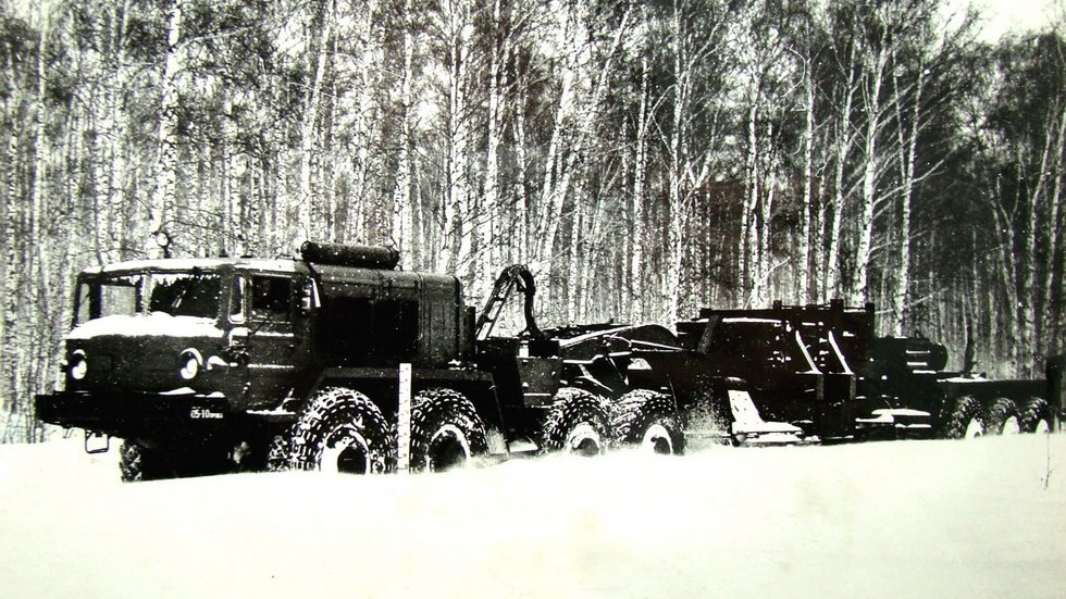 Седельный тягач МАЗ-537 с электрогенератором в составе автопоезда СО-7