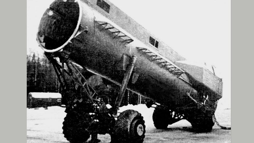 Установка 9П116 на электромотор-колесах с контейнером для крылатой ракеты