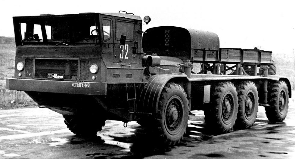 Шасси ЗИЛ-135Э с двумя силовыми агрегатами и электромотор-колесами