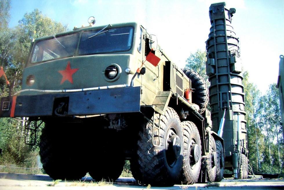 Агрегат 15У39 с «электрическим» полуприцепом при установке ракеты в шахту (из собрания Ю. Бабушкина)