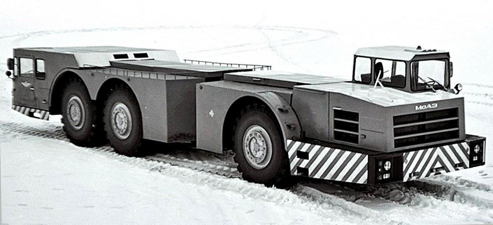 Тягач МоАЗ-7915: справа видна передняя одноосная секция с силовым агрегатом и высокой кабиной, слева — двухосная моторная секция с низкой кабиной и отсеком для балласта