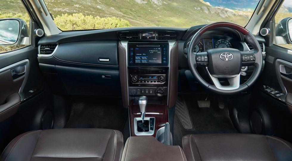 На фото: интерьер Toyota Fortuner для ЮАР