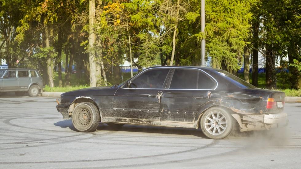 Old-car BMW 5-series e34 drifting