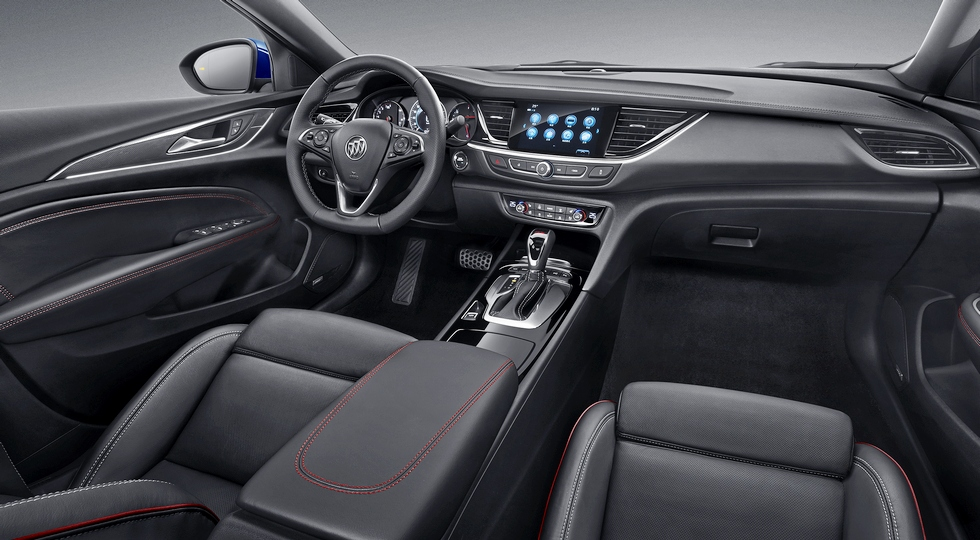 """Интерьер китайского Buick Regal GS. Отличия от салона обычного седана - """"усеченное"""" рулевое колесо, красная прострочка"""