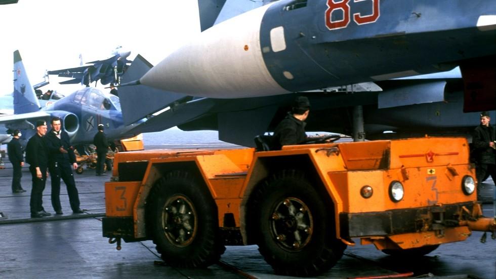 Уникальный палубный тягач 3913 на авианосце «Адмирал Кузнецов» (из архива группы «Стрижи»)