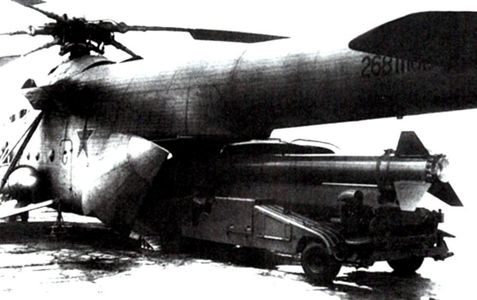 Модернизированная установка Бр-257-1 въезжает в трюм вертолета Ми-6