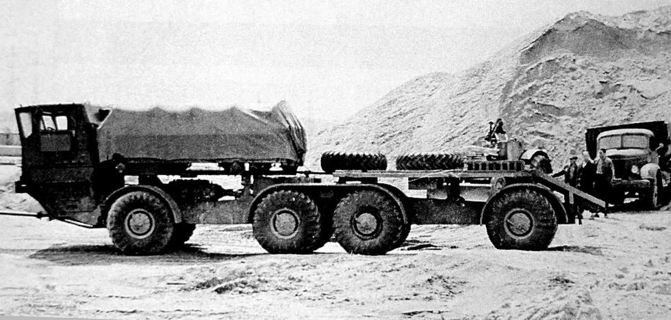 Идентичное второе звено с укороченной передней грузовой платформой