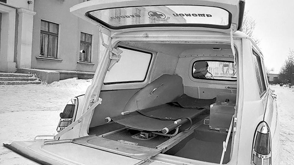 Несмотря на относительно небольшую длину автомобиля, больной на носилках спокойно помещался в задней части кузова