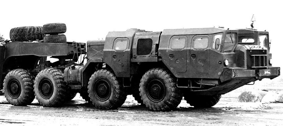 Седельный тягач МАЗ-74101 «Оплот-Т» с третьей кабиной для боевого расчета