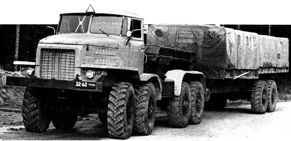 Активный поезд в составе тягача НАМИ-058С и полуприцепа Урал-862
