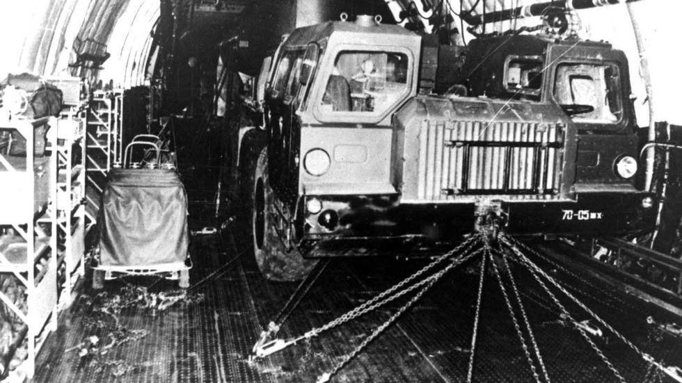 Размещение пустого автопоезда ТЗ-90 в трюме самолета «Руслан»