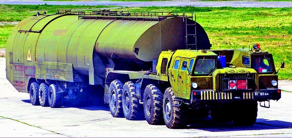 Тягач МАЗ-74103 с полуприцепным топливозаправщиком ТЗ-60 (фото М. Чега)