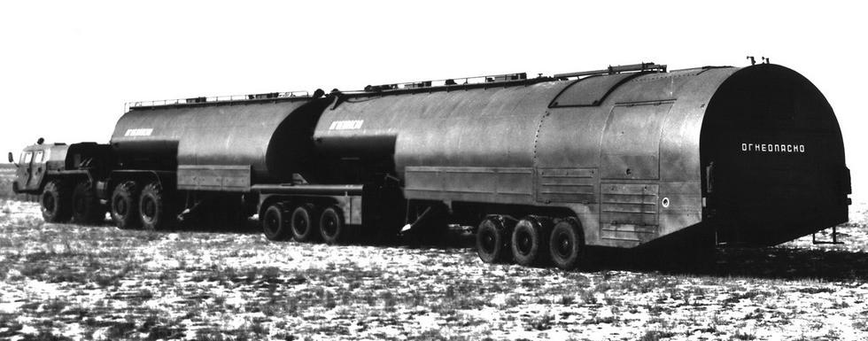 Автопоезд ТЗ-90 с двумя полуприцепными цистернам на 90 тысяч литров топлива