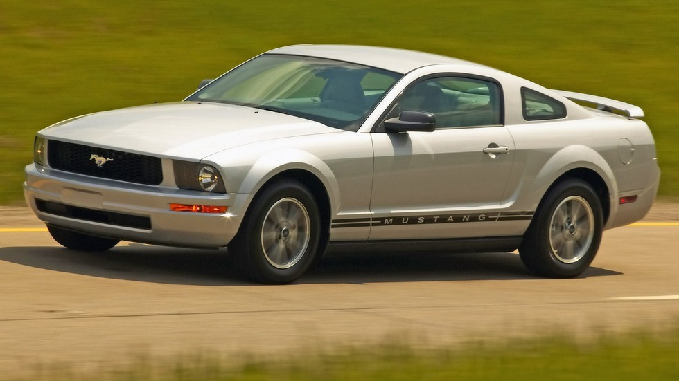 На фото: Ford Mustang Coupe 2005–08